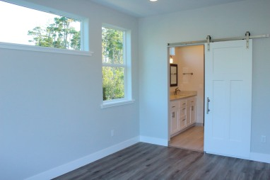 The Coquille's Master bedroom to bathroom